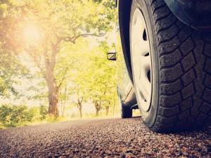 Bil på asfalt, vår / sommer